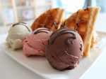 Tres sabores de helado con gofres