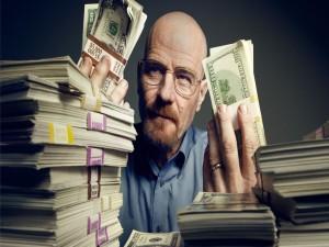 Walter White rodeado de billetes
