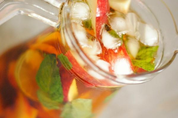Jarra de té helado con manzana y menta