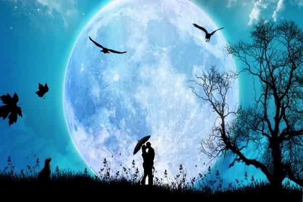 Dos enamorados besándose con la luna llena de fondo