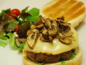 Postal: Hamburguesa preparada con champiñones y queso