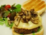 Hamburguesa preparada con champiñones y queso