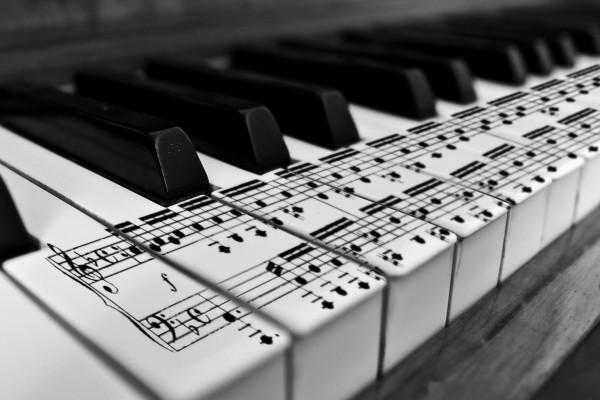 Teclas de piano con pentagrama