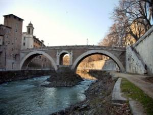 Puente Fabricius sobre el río Tíber (Roma)