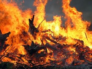 Fuego encendido en la festividad del solsticio de verano, en Finlandia