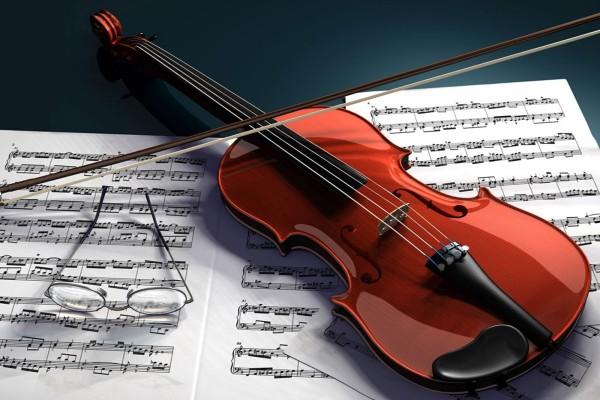 Violín y partituras