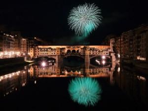 Postal: Fuegos artificiales sobre el Ponte Vecchio, Florencia, Italia