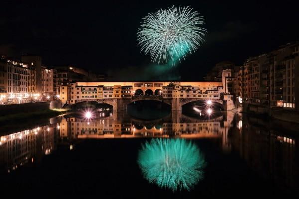 Fuegos artificiales sobre el Ponte Vecchio, Florencia, Italia