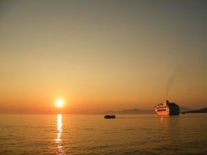 Postal: Puesta del sol en Míkonos (Grecia) con el Costa Victoria en el margen derecho