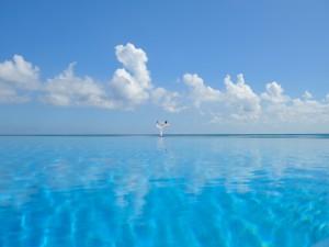 Asana de Yoga en un mar azul