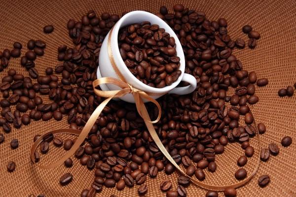 Taza con un lazo y granos de café