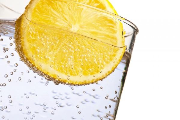 Agua con gas y una rodaja de limón