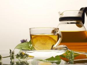 Tetera y taza con té