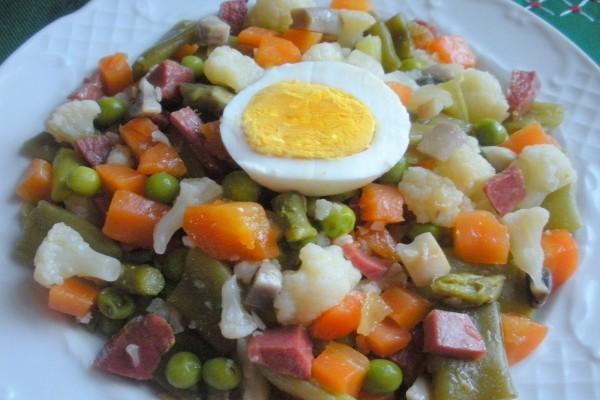 Menestra de verduras con jamón serrano y huevo