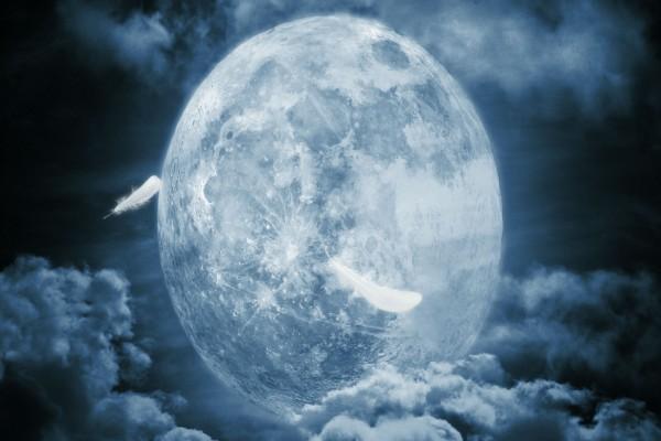 La Luna entre las nubes