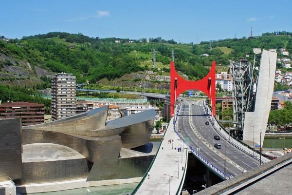 Museo Guggenheim junto al puente de La Salve (Bilbao, España)
