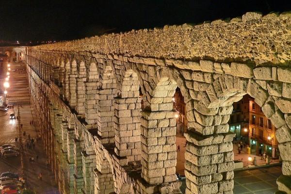 Vista nocturna del Acueducto de Segovia (España)