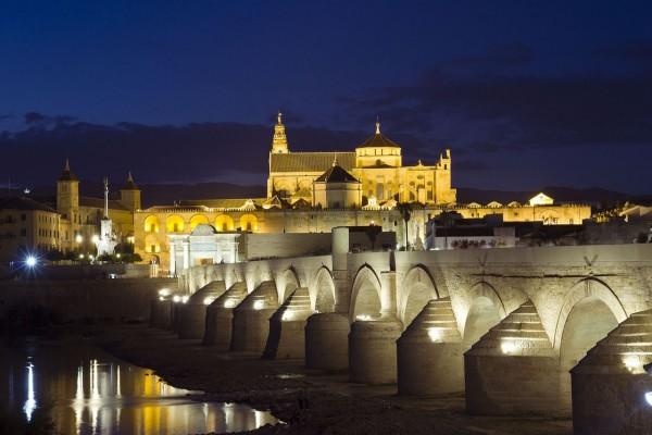 Puente romano junto al río Guadalquivir (España)
