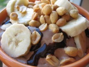 Helado de chocolate con plátano y cacahuetes