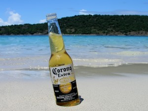 Postal: Una cerveza Coronita en la playa