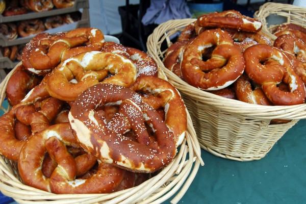 Cestas con pretzels, bollos típicos alemanes