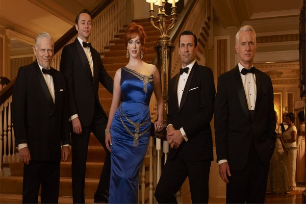 Joan junto a Sterling, Cooper, Draper y Peter Campbell
