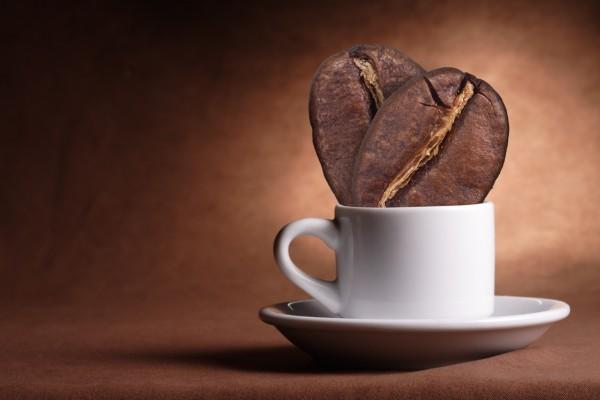 Granos de café gigantes en una taza
