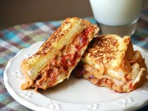 Sándwich de mantequilla de cacahuete con mermelada de fresas
