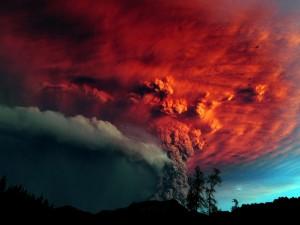 Postal: Nube de humo rojo producida por un volcán en erupción