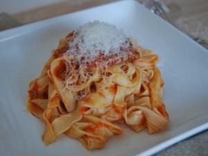 Postal: Cintas de pasta fresca con tomate y parmesano