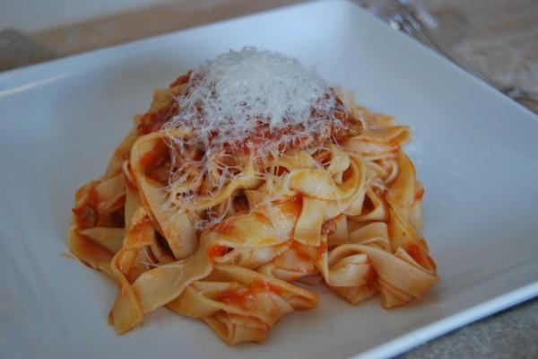 Cintas de pasta fresca con tomate y parmesano
