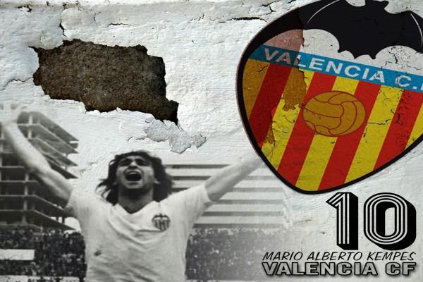 Mario Alberto Kempes con la camiseta del Valencia C.F.