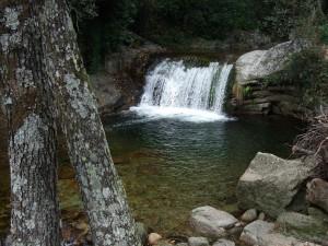Cascada natural en la Sierra de Tormantos (Cáceres, España)