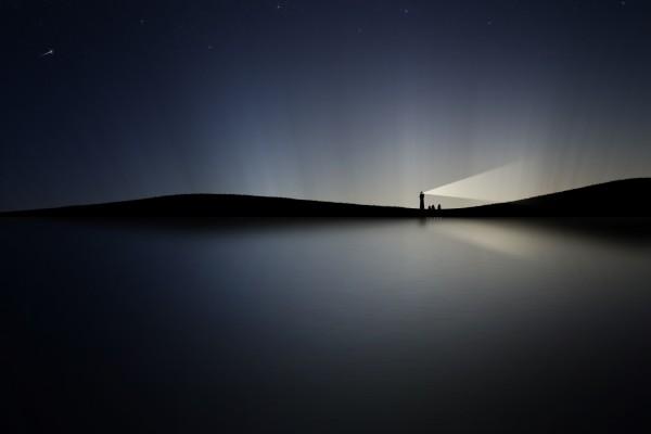Faro alumbrando en la oscuridad de la noche