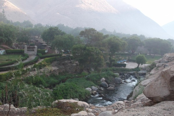 Paisaje de río y montaña