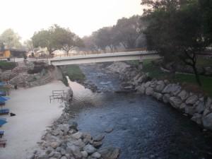 Pequeño puente sobre un río