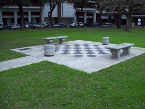 Postal: Ajedrez gigante en el suelo, regalo de Alemania a Argentina