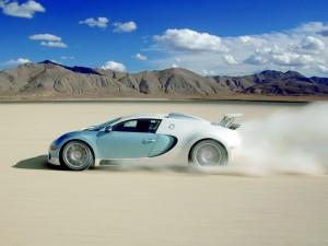 Postal: Bugatti Veyron cruzando el desierto