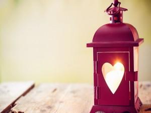 Farol con una ventana en forma de corazón