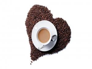 Postal: Taza sobre un corazón de granos de café