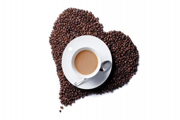 Taza sobre un corazón de granos de café