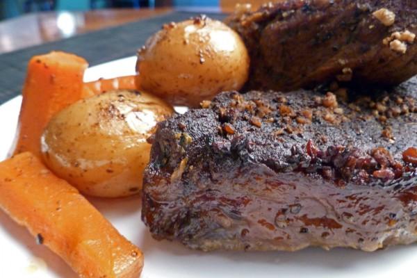 Costilla asada con zanahorias y patatas