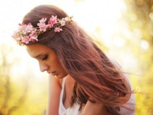 Mujer con una corona de flores