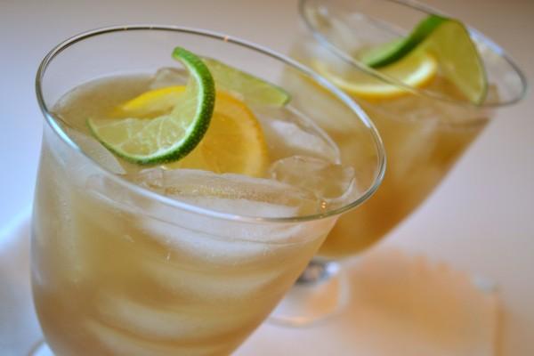 Copas con té helado, lima y limón