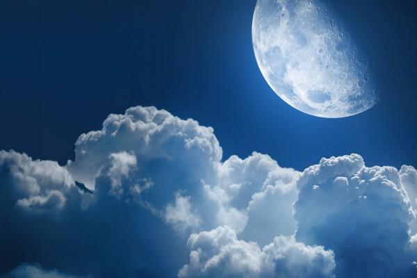 La Luna junto a unas nubes algodonosas