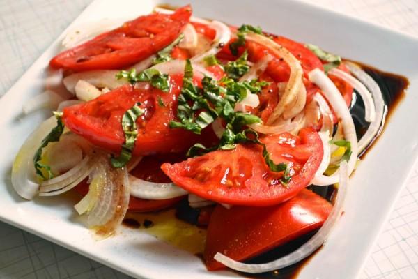 Plato con tomate aliñado