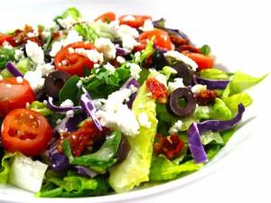 Ensalada con aceitunas, tomates y queso