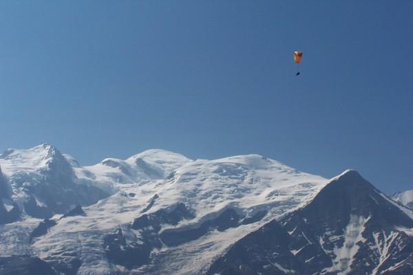 Parapente sobre cumbres nevadas