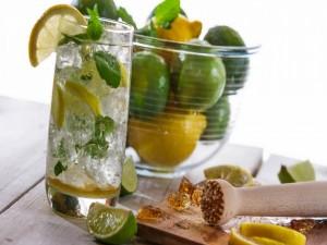 Preparando un riquísimo cocktail