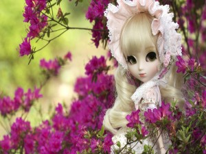 Muñeca entre azaleas